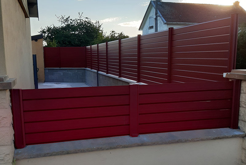 Cloture rouge en aluminium